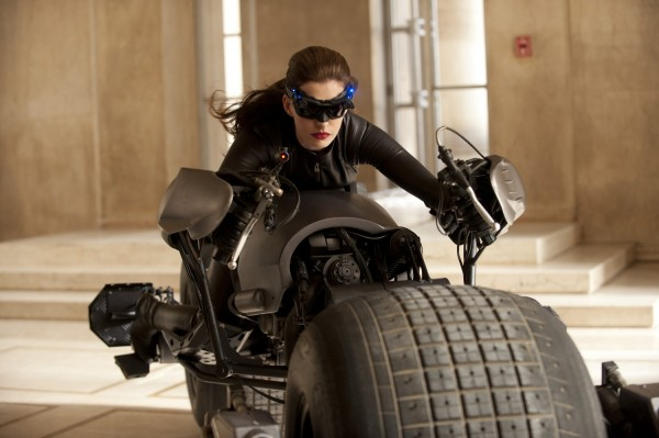 dark-knight-rises-movie-image-catwoman-anne-hathaway-01-600x399